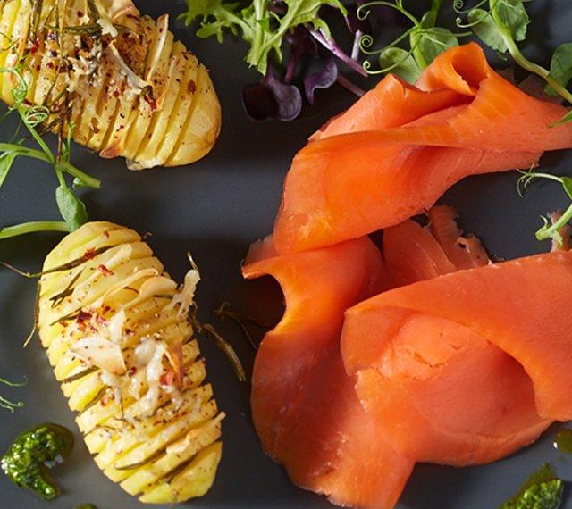 Hasselback Potatoes mit Petersilien-Pesto und FRIEDRICHS Meisterstück Kodiak Wildlachs smoked